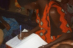Die Frauen haben eine Initiative gebildet, in der sie sich regelmäßig treffen, um über den Zustand der Ernte zu reden. Wie gut war die Ernte? Was kann man besser machen? Hier werden Ideen gesammelt, um die Ernte zu verbessern.