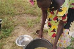 Uns wird gezeigt, was aus dem geernteten Getreide gemacht wird.