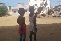 Die beiden Kinder blicken gerade in ihr Umfeld und entdecken ein müdes Pferd.