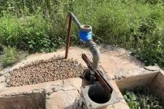 Dieser Brunnen ist 85 Meter tief. Groß genug für den 1 Hektar großen Garten. Doch er funktioniert nicht und muss dringend repariert werden.