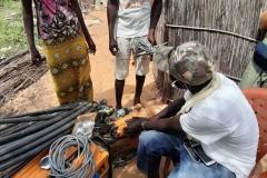 Projekt Fraueninitiative in Gapo: Abdou schaut sich den Stromgenerator an. Ob der noch zu retten ist?