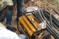Projekt Fraueninitiative in Gapo: Als nächstes wird sich ein Stromgenerator angesehen. Kann man damit noch was anfangen?