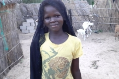 Das ist Mame Diarra. Sie ist 13 Jahre alt und besucht die Schule. Sie ist voller Power und weiß es nicht auszuleben. Ein Sportverein wäre ideal.