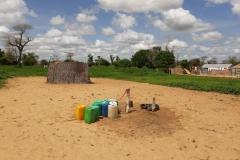Hier befindet sich ein angebauter Wasserhahn. Dort kann das Wasser für die Pflanzen geholt werden oder zum Waschen. Die Waschecke befindet sich hinter der Strohwand.