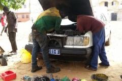 Die alten Autos, die aus dem Ausland geliefert werden, müssen täglich repariert werden. Doch neue Autos gibt es nicht so viele.