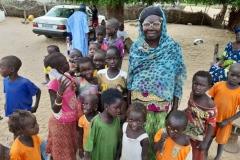 Oma Khady sorgt für ihre Enkel und zieht sie mit viel Liebe groß.