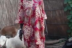 Gerade wird uns eine Kommune gezeigt, als die Dame uns auf ihre Tierecke aufmerksam macht. Eine stolze Ziegenhalterin im schönen Kleid.