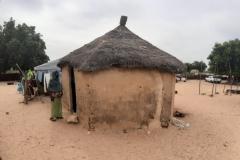 Hier ist eines der wenigen Häuser, die in den Dörfern aus Lehm gebaut werden. Ein Vorteil ist, dass es innen etwas kühler ist, aber auch dunkler.