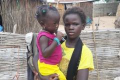 Das ist ein Foto von Mame Diarra mit ihrer jüngsten Cousine auf dem Arm.