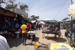 Der Markt verkauft  viel chinesische Kleidung, die China ihnen spendet. Allerdings fordert China dafür ihren Müll kostenfrei in Senegal ablagern zu dürfen.