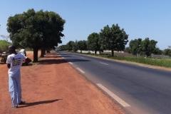 Das Bild zeigt die lange und einzige Straße von Dorf zu Dorf an.