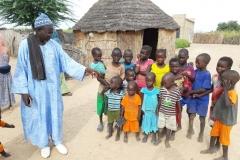 Bereit für ein Foto? Opa Dominique weist die Kinder zu Recht.  Es soll ja schließlich ein schönes   Foto werden.