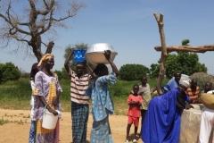Wie bekannt ist, tragen die Frauen in Afrika ihr Gepäck auf dem Kopf. Das machen sie, weil sie immer schwer zu tragen haben und der Kopf mehr Gewicht aushält als die Arme. Zudem ist es besser für den Rücken.