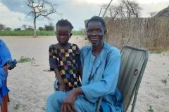 Opa Banique zeigt seinen Enkeln viel Liebe und Stolz.