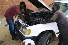 Die alten Autos, die oft in Afrika landen, werden von den Einwohnern genutzt. Das hat zur Folge, dass sie sehr oft die Reparatur benötigen.