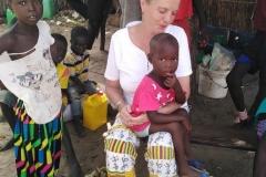 In Patar kommen alle Kinder neugierig. Vielleicht haben wir ja was für sie mitgebracht?!