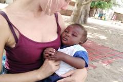 Viele Mütter geben dir ihre kleinen Kinder auf den Arm, um dir deutlich zu machen, wie wichtig die Kinder und ihre Zukunft für sie sind.