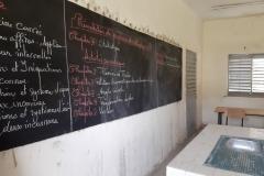 Ein Blick durch das Klassenzimmer zeigt uns wenigstens noch eine nutzbare Tafel!