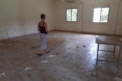 Bei unserem Besuch zeigten uns der Schuldirektor und sein Partner ein Klassenzimmer, der aufgrund der schimmligen Wände nicht genutzt werden kann.