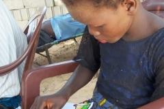 Mame Diarra nutzt die Zeit aus, in der sie die Stifte und Papier haben, solange es noch nicht aufgebraucht ist.