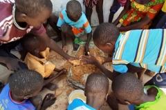 In Tocassone bringen wir den Kindern Lehm zum Kneten mit. Den Kindern fehlen Spielplätze und weiteres. Deshalb freuen sie sich über jede Unterhaltung.
