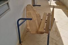 Viele Sitzbänke der Schule sind kaputt und haben leider keinen Ersatz.